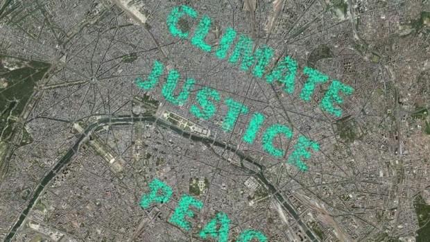 """(AMIGOS DE LA TIERRA) La geolocalización de activistas de Amigos de la Tierra crea el mensaje """"Climate Justice Peace"""" sobre las calles de París."""