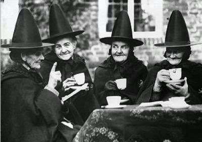 (Witches drinking tea /Wikimedia Commons)