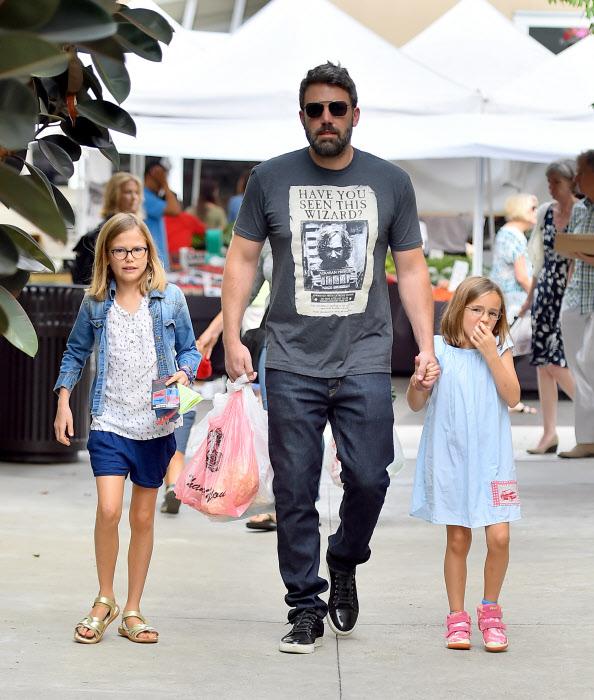 Ben Affleck no lía a sus hijas para que se pongan una camiseta de Metallica, sino que se la pone él de un personaje de Harry Potter