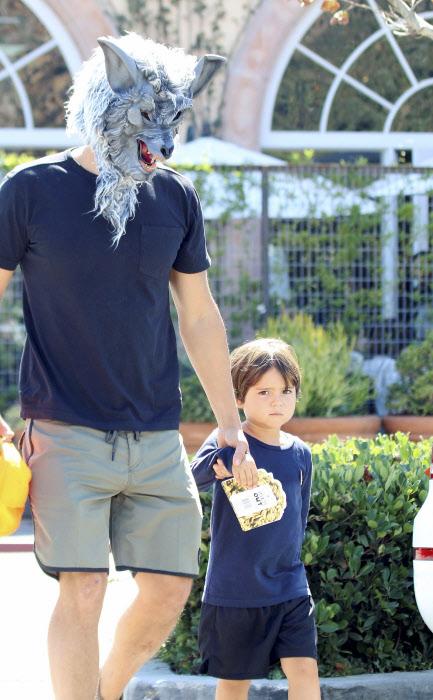 La barba hipster pega con los dadsters, pero a Orlando Bloom, que va debajo de esa máscara, se le ha ido un poco de las manos