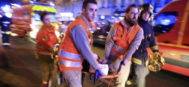Unos sanitarios evacuando a una de las personas heridas en la sala de fiestas Bataclan (GTRES).