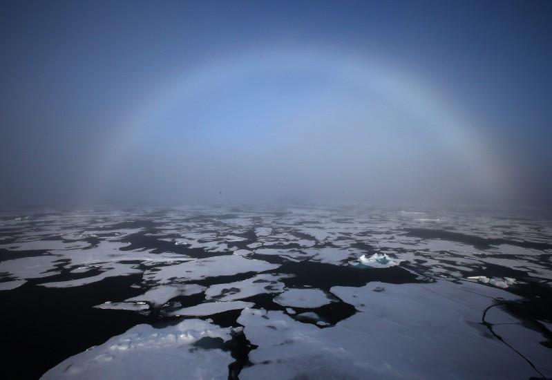 Un arco iris apareciendo en el horizonte en el Ártico. La fotografía fue tomada desde el rompehielos surcoreano Araon, que se encuentra en expedición científica en el Mar de Chukchi, en la región Polar. (EFE)