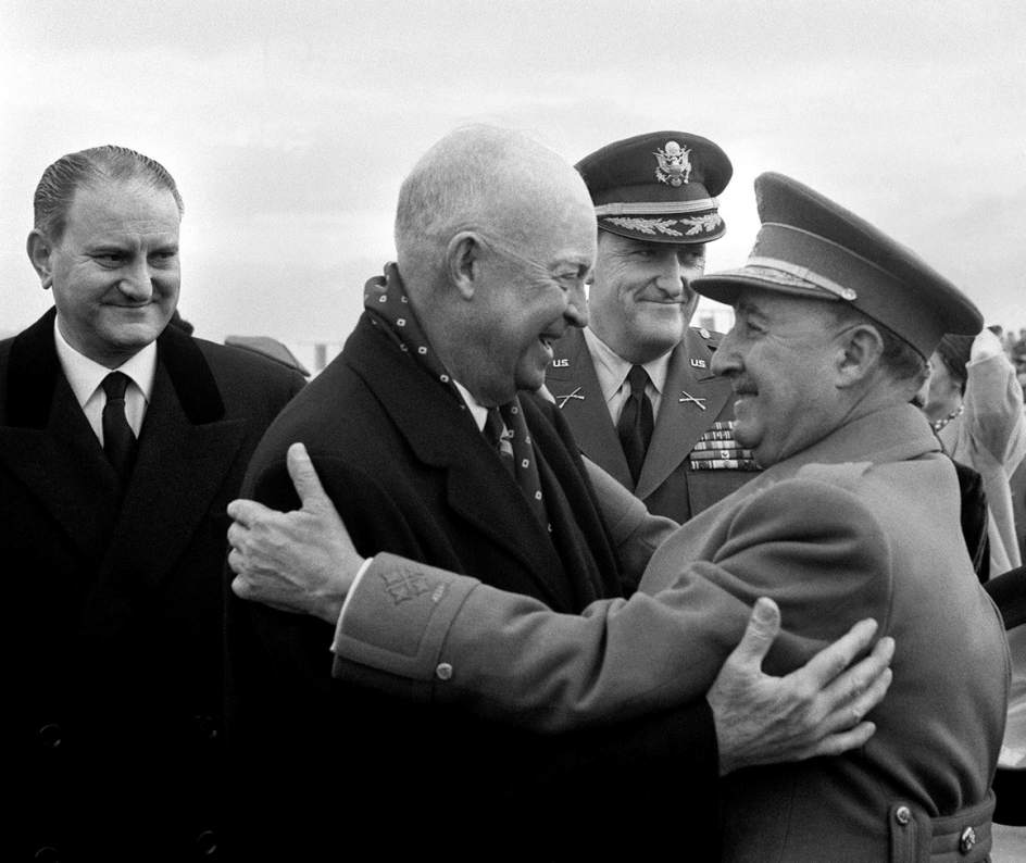 na de las imágenes que componen la exposición EFE'75, con motivo del 75º aniversario de la Agencia EFE. En ella, Franco despide en Torrejón de Ardoz (Madrid) al presidente Eisenhower tras su visita oficial en 1959.