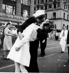 New York City celebrating the surrender of Japan. They threw anything and kissed anybody in Times Square (Dominio Público).