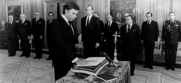 PRESIDENTE DEL GOBIERNO FELIPE GONZALEZ MARQUEZ JURANDO CARGO ANTE REY JUAN CARLOS I DE ESPAÑA 1982 DECADA 1980 *** Local Caption *** PRESIDENTE DEL GOBIERNO FELIPE GONZALEZ MARQUEZ JURANDO CARGO ANTE REY JUAN CARLOS I DE ESPAÑA 1982 DECADA 1980