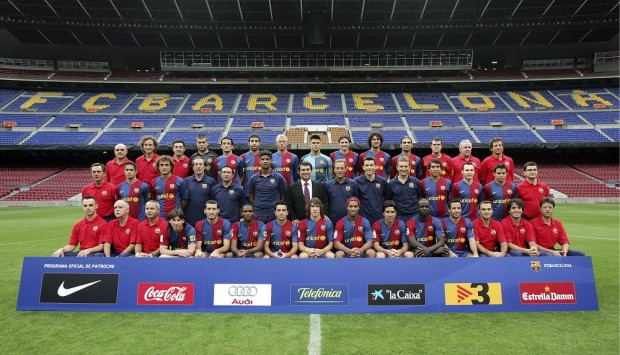 FOTOGRAFIA OFICIAL DEL EQUIPO DE FUTBOL BARCELONA FC DURANTE LA TEMPORADA 2006 / 2007 EN LA IMAGEN : ( ARRIBA IZQ - DCH ) BRAU , MIGUEL ANGEL , SOLE , RUBEN , BELLETTI , OLEGUER , GUDJOHNSEN , VICTOR VALDES , EDMILSON , MOTTA , RAFAEL MARQUEZ , JORQUERA , CARLES NAVAL , MIGUEL ANGEL COS , ( MEDIO IZQ - DCH ) TRAMULLAS , SILVINHO , EZQUERRO , PACO SEIRULLO , EUSEBIO , FRANK RIJKAARD , JOAN LAPORTA , JOHAN NESKENS , UNZUE , ALBERT ROCA , GIOVANNI VAN BRONCKHORST , INIESTA , SAVIOLA , RICARD PRUNA , ( ABAJO IZQ - DCH ) GABRI , CORBELLA , IBARZ , MESSI , ZAMBROTTA , ETOO , XAVI , CARLES PUYOL , RONALDINHO , DECO , THURAM , GIULY , LLARDI , CARLOS MARTI Y JOSE MANUEL GARCIA MANU FERNANDEZ / AP Photo / © RADIALPRESS 21/09/2006 BARCELONA *** Local Caption *** The FC Barcelona team pose for the official photo of the 2006-2007 season at Nou Camp Stadium in Barcelona, Spain, Thursday, Sept. 21, 2006. From left, top row: Brau, Miguel Angel, Sole, Ruben, Juliano Haus Belletti from Brazil, Oleguer Presas, Eidur Gudjohnsen from Iceland, Victor Valdes, Edmilson from Brazil, Thiago Motta from Brazil, Rafael Marquez from Mexico, Jorquera, Carles Naval and Miguel Angel Cos and, middle row, Tramullas, Silvinho from Brazil, Santiago Ezquerro, Paco Seirullo, Eusebio, coach Frank Rijkaard from Netherlands, FC Barcelona President Joan Laporta, assistant coach Johan Neskens from Netherlands, Unzue, Albert Roca, Giovanni van Bronckhorst from Netherlands, Andres Iniesta, Javier Saviola from Argentina and Ricard Pruna and, bottom row, Gabri, Corbella, Ibarz, Leo Messi from Argentina, Gianluca Zambrotta from Italy, Samuel Eto'o from Cameroon, Xavi Hernandez, Carles Puyol, Ronaldinho from Brazil, Deco, Lilian Thuram from France, Ludovic Giuly from France, Jaume llardi, Carlos Marti and Jose Manuel Garcia. (AP Photo)© RADIAL PRESS MF801(SPAIN_SOCCER_MF801_441551424092006.jpg)