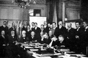 Marie Curie en la primera Conferencia de Solvay, celebrada en Bruselas en 1911. Es la única mujer de este grupo formado por grandes personalidades de la historia de la ciencia, como Max Planck, Ernest Rutherford y Albert Einstein, entre otros (WIKIPEDIA).