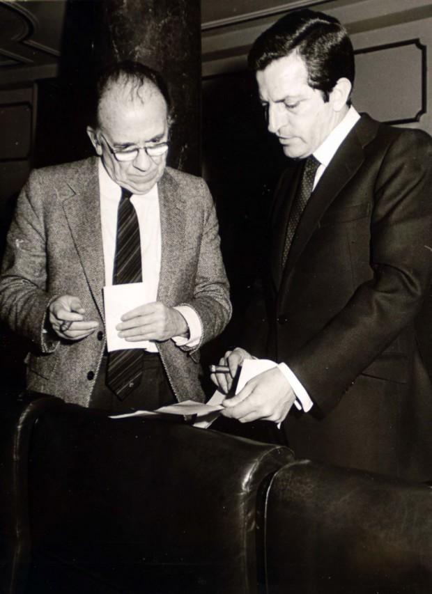 El Gobierno de Suárez legalizó al Partido Comunista en abril de 1977. Pocos días después, se legalizaron los sindicatos. En la imagen, Suárez con el entonces secretario general del PCE, Santiago Carrillo (Archivo).