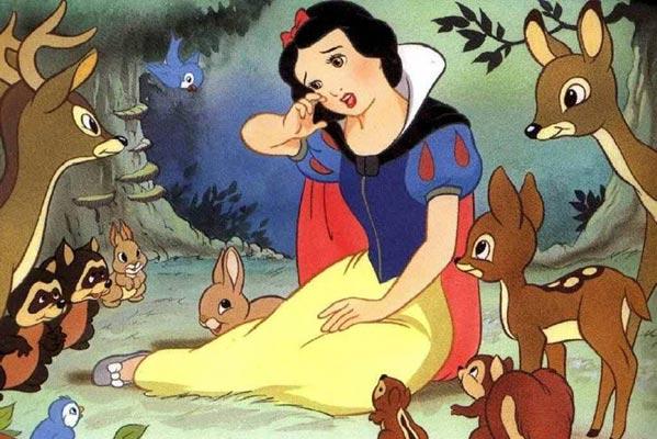 Blancanieves y los animales en una escena del clásico de Disney (Disney).