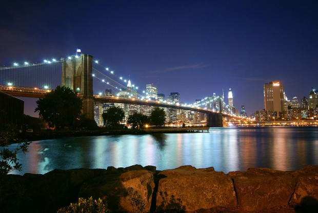 Vista nocturna del puente de Brooklyn (Creative Commons).