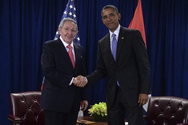 El presidente de Estados Unidos, Barack Obama, saludando a su homólogo cubano, Raúl Castro, en la sede de las Naciones Unidas en Nueva York (EFE).