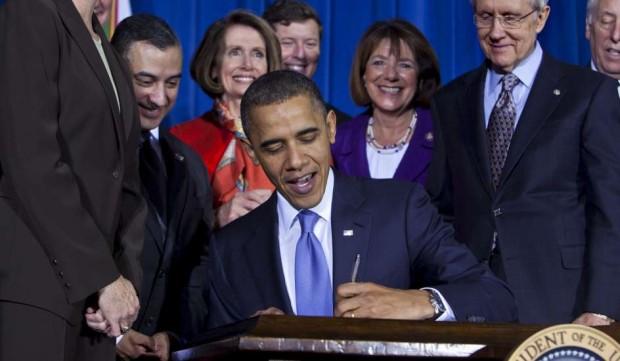 El presidente de EEUU, Barack Obama, firma la abolición de la ley Don't Ask Don't Tell (JIM LO SCALZO / EFE).