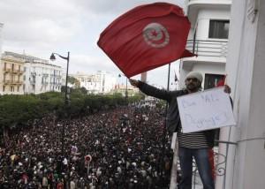 El 14 de enero, tras más de un mes de revueltas y más de medio centenar de muertos, el presidente Zine el Abidine Ben Alí abandona el país y el Ejército toma temporalmente el control de la situación. Es el primer líder árabe que cae tras las presiones de su pueblo (EFE).