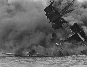 La nave Arizona, en llamas en Pearl Harbor (Agencia).