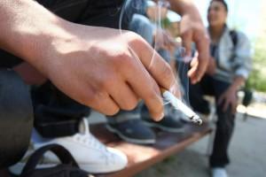 Un grupo de jóvenes fumando en el banco de un parque (Jorge París).