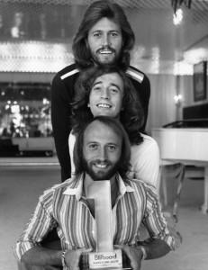 De arriba a abajo: Barry Gibb, Robin Gibb y Maurice Gibb (Dominio Público).
