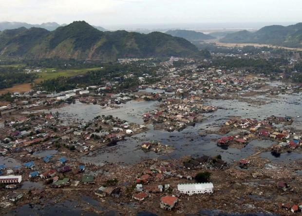 Zona devastada por el tsunami que arrasó las costas del Océano Índico en diciembre de 2004 (US Navy).