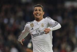 El futbolista, Cristiano Ronaldo, celebrando su gol ante el Málaga (EFE).