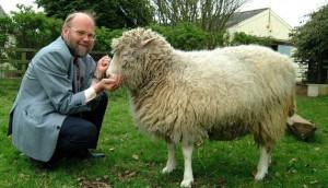 La oveja Dolly y su creador (EFE).