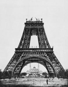 Torre Eiffel en construcción.