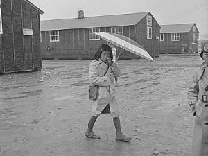 Chica en un campo de concentración estadounidense.