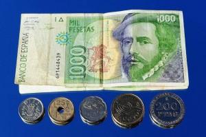 Varias monedas y un billete de mil pesetas (Esquire).