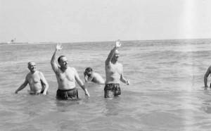 Manuel Fraga bañándose en Palomares para demostrar que sus aguas eran seguras (Archivo).