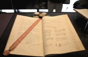 La Constitución de 1812, manuscrita y firmada por los diputados (Román Ríos/EFE).