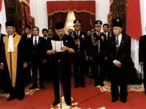 Renuncia de Suharto.