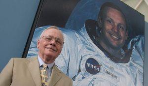 Neil Armstrong posa ante una foto de su viaje a la Luna (Archivo).