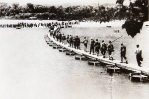 Tropas republicanas cruzando el río Ebro.