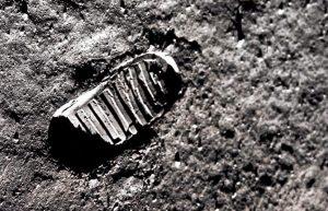 Imagen de la primera huella de Neil Armstrong sobre la superficie lunar (NASA).