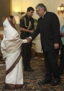 La ex presidenta Pratibha Patil a la izquierda (EFE).