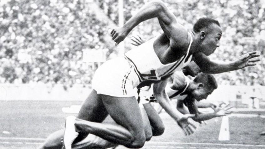 Jesse Owens batiendo el récord mundial (EL PAÍS).