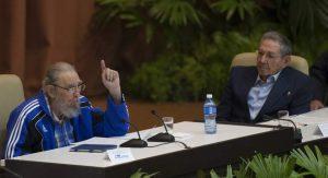 Fidel Castro, ante la atenta mirada de su hermano Raúl, participa el pasado 19 de abril en la clausura del Congreso del Partido Comunista cubano (GTRES).