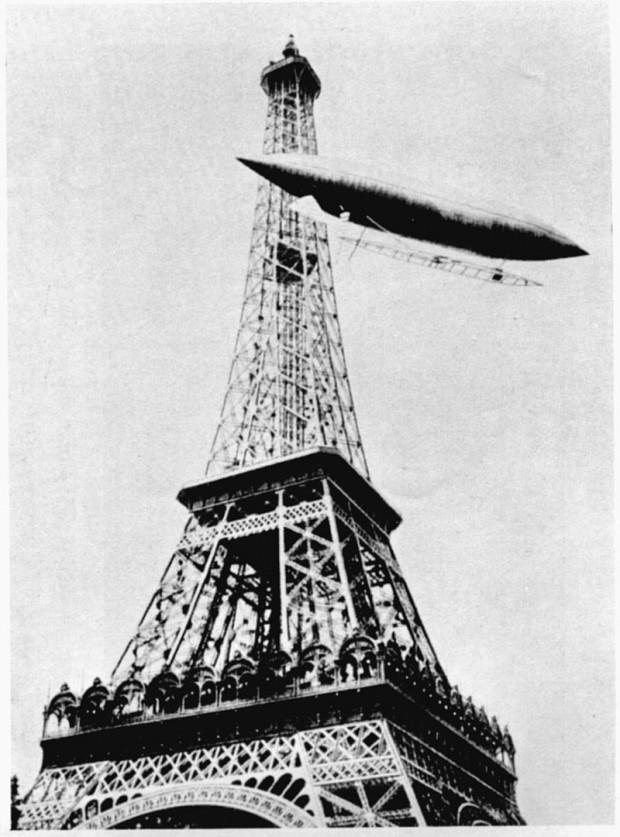 El aviador rodeando la Torre Eiffel de París con su dirigible «Número 5».