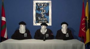 Integrantes de ETA leyeron un comunicado anunciando el cese definitivo.
