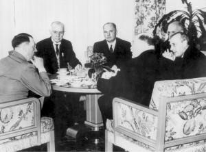 Hitler en una reunión, tomando el té.
