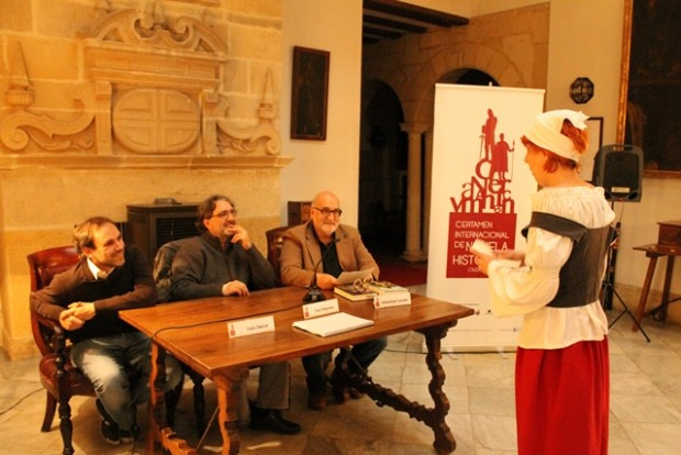 Una 'viajera del tiempo' protesta ante los escritores Teo Palacios y Luis Zueco