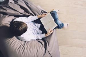 Chico leyendo (GTRES)