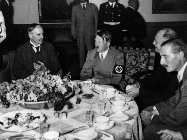 Hitler, ante un pequeño almuerzo (fotografía cedida por Editorial Melusina)