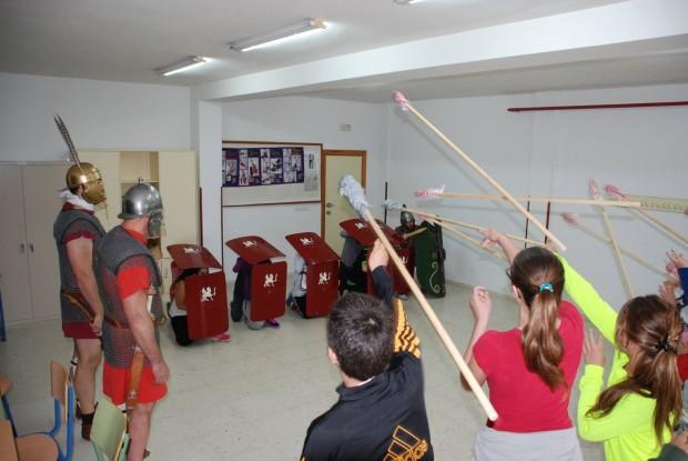 Taller de legionarios organizado en colegios por el grupo de recreación del Certamen Internacional Ciudad de Úbeda