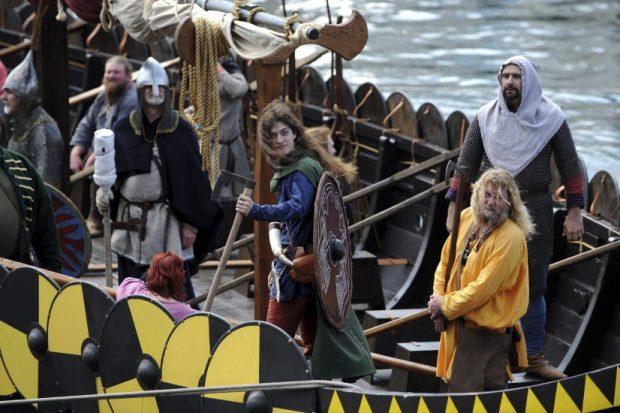 Actores representan una reconstrucción en el barco Jorgen Jorgensen, una reconstrucción de un barco del siglo IX, durante la presentación a los medios de la exposición Vikingos 'Más Allá de la Leyenda' en el Museo Marítimo en Sidney (Australia).  (EFE)