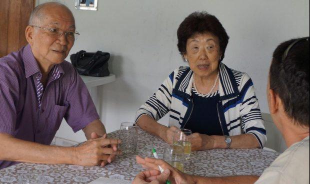 Jesús Hernández, con unos japoneses en Sao Paulo (Cedida por el autor)