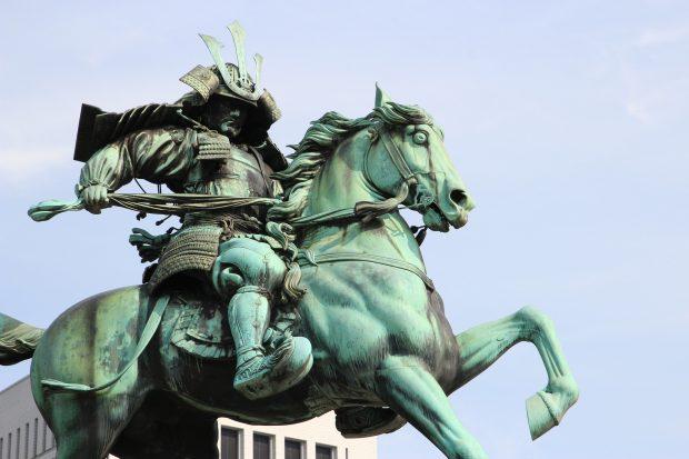 Estatua del samurai Kusunoki Masashige en Tokio, Japón.