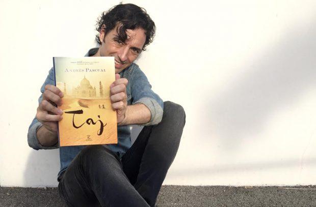Andrés Pascual con su novela 'Taj' (imagen cedida por el autor)