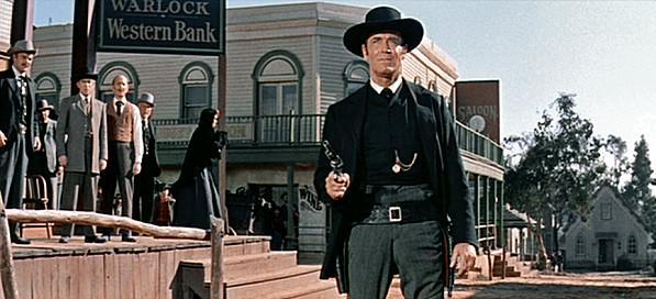 Henry Fonda en El hombre de las pistolas de oro.