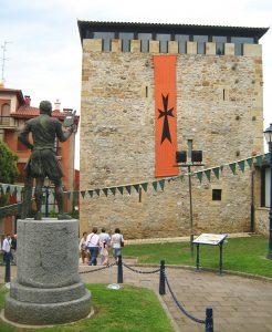 Monumento a Lope García de Salazar, frente a su torre en Portugalete (WIKIPEDIA)