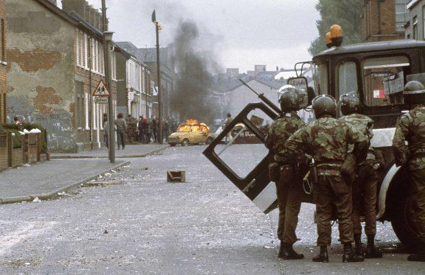 Soldados británicos en las calles de Belfast, en 1981 (GTRES)