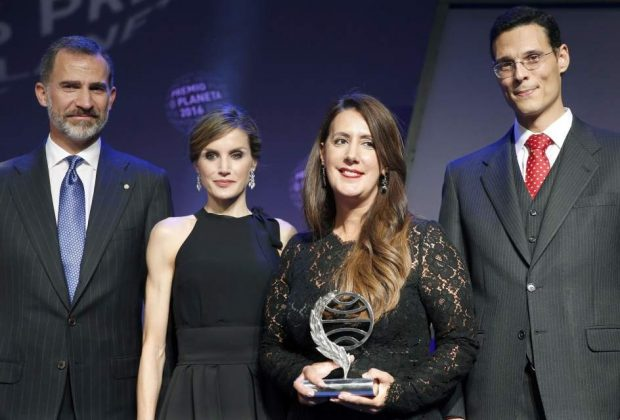 Los ganadores del Premio Planeta 2016, Dolores Redondo y Marcos Chicot, con los reyes de España (EFE)